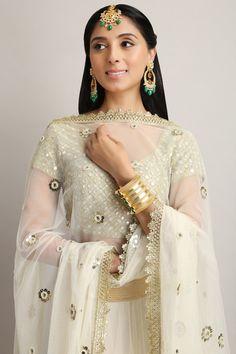 #perniaqureshi #whiteandgold #beautifulutfit #detailing #lehenga #shopnow #getthelook #perniaspopupshop #happyshopping