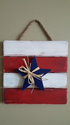 Easy of July Crafts That Celebrate America Patriotic door or wall hanging for Memorial Day through th of July 4th July Crafts, Fourth Of July Decor, 4th Of July Decorations, July 4th, Memorial Day Decorations, Holiday Decorations, Diy Crafts For Adults, Crafts For Seniors, Crafts To Sell