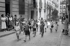 Niños jugando a ser milicianos. Lavapiés. 1936. http://www.ibytes.es/blog_Historia_de_Madrid_fotografias_1907-1965.html