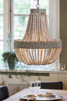 Roomlight Luna kattokruunu on kaunis yhdistelmä puuhelmiä ja vanhaa valkoista metallia.