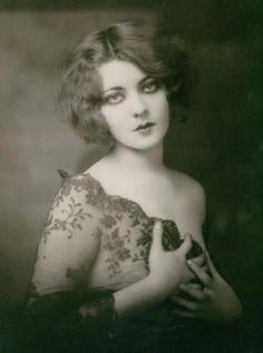 Marion Benda, Ziegfeld Follies dancer (looks like Tiffany! Vintage Glamour, Vintage Beauty, Moda Pin Up, Mode Vintage, Retro Vintage, Vintage Woman, Foto Portrait, Woman Portrait, Ziegfeld Girls