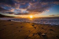 Lorsque le ressac des vagues caresse tendrement les galets délicatement posés sur le sable mouillé,  mon âme écarlate embrasse à bras l'Âme le moment présent, dans une complétude infinie... Merci la Vie...