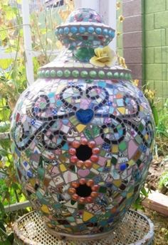 Amazing mosaic birdhouse. Gives me the idea to glue on to wood birdhouse that you can get at micheals:)