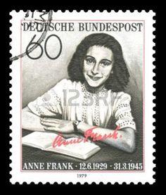 filatelia: Sello de correos alemán que muestra una imagen de Ana Frank, quien de niña fue una víctima del Holocausto, más tarde a convertirse en famosa por su diario publicado en 'El diario de una joven', después de la Segunda Guerra Mundial