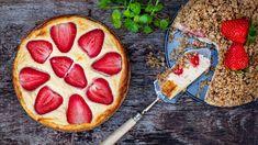 Jestli při pečení řešíte, jak uspokojit touhu dětí či partnera po něčem sladkém, azároveň si nechcete dezert sami odpírat, ačkoli přiberete snad ijen při pohledu na dort, tvarožník bude přesně pro vás. Místo moučného těsta adrobenky dejte křupavé ovesné vločky, přidejte sytý tvaroh anavrch čerstvé ovoce. Na své si tak přijde každý! Pepperoni, Ham, Cheesecake, Sweet, Food, Diet, Candy, Hams, Cheesecakes