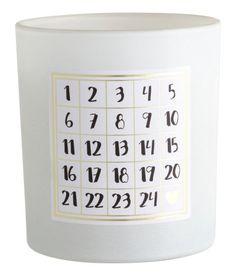 Kolla in det här! Ett doftljus i glasbehållare med dekorativ etikett. Diameter 8 cm, höjd 9 cm. Brinntid 36 timmar.  - Besök hm.com för ännu fler favoriter.