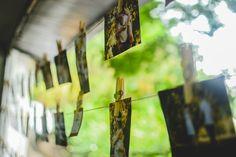 Decoração de casamento DIY: Varal de fotos e mensagens de amor http://coisiteria.blogspot.com.br/2016/08/decor-do-casamento-varal-com-fotos-e.html