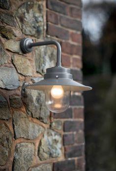 """Buitenlamp """"Belfast Light"""" coffee bean/ donkerbruin is een stallamp met een bijzonder stoer uiterlijk. Deze wandlamp is een mooi alternatief voor moderne buitenverlichting."""