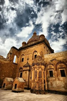 İshakpaşa Sarayı Doğubeyazıt Ağrı Turkey There are many places to be visited in the world and Turkey. We share with remote locations. Great Places, Places To See, Beautiful Places, Islamic Architecture, Historical Architecture, Visit Turkey, Foto Blog, Slow Travel, Turkey Travel