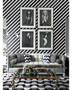 #salasestampadas - Quem acha que decoração em preto e branco é sinônimo de discrição, precisa conhecer o trabalho de Greg Natale. Nesta sala de estar, o designer de interiores usou a monocromia em toda a sua glória: listrados de alto contraste cobrem as paredes e uma dupla de almofadas enquanto uma estampa 70's dá graça ao tapete. Saiba mais clicando no link da nossa bio! #casavogue #decoração #interiores #estampas