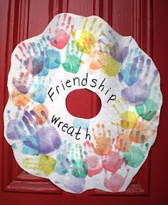 Cute, easy and fun craft for a preschool friendship theme. Daycare Crafts, Preschool Classroom, Preschool Art, Toddler Crafts, In Kindergarten, Preschool Activities, Classroom Door, Classroom Wreath, Anti Bullying Activities