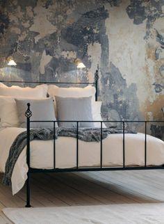Shabby Chic: Wandbild Battered Wall von Rebel Walls #design #skandinavisch #tapete #schlafzimmer