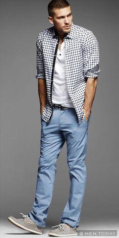 Một gợi ý mix đồ cho các chàng thoải mái với áo sơ mi khoác ngoài áo thun, kết hợp cùng quần gam màu pastel và giày loafer