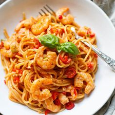 Pasta with shrimps and tomato-cream sauce min!) - cooking carousel - The pasta with shrimp and tomato cream sauce are absolute soul food! Quick, easy and like from your - Healthy Gluten Free Recipes, Healthy Pasta Recipes, Shrimp Recipes, Clean Eating Recipes, Slow Cooker Recipes, Beef Recipes, Cooking Recipes, Tomato Salad Recipes, Camelo