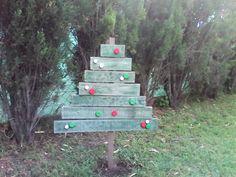 Pinito de navidad con maderas de palet y tapitas de gaseosa