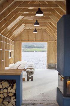 Naust V, Norvège#Ce projet a été réalisé en collaboration avec deux cabinets d'architecture : Koreo et Kolab. Ils ont transformé un ancien hangar à bateaux (en norvégien «Naust») dans Vikebygd, un petit village sur la côte ouest de la Norvège. Sur un seul niveau, la maison est entièrement en bois. Les quelques ouvertures vers le lac, offrent une vue face à la nature. On peut également profiter des rayons du soleil qui viennent s'infiltrer entre les pans de bois.https://lc.cx/4axR#AA13#39,4,7