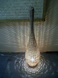 Paper Basket Weaving, Willow Weaving, Weaving Art, Wicker Pendant Light, Diy Floor Lamp, Basket Crafts, Magazine Crafts, Book Sculpture, Basket Decoration