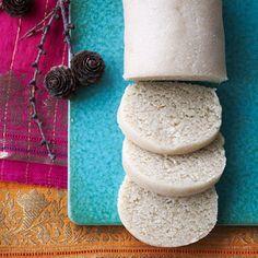 Lige en advarsel først: Når du først selv er begyndt at lave marcipan, er det ret svært at vende tilbage til købe….. ….heldigvis er det super nemt! Jeg bruger en agavesirup i stedet for sukker, men du kan også lave en sukkerlage af sukker og vand 1:1, køle den af og bruge den i …