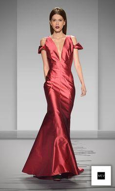 El poder y la sensualidad son inherentes en una mujer vestida de rojo, en una mujer Maria Elena Villamil. | There is an inherent power and sensuality in a woman dressed in red #MEVwomen #red #dress #fashion #styl