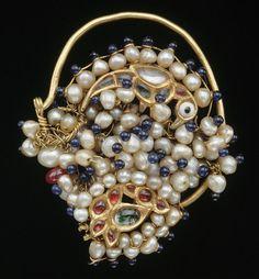 Nose ornament (nath). India. Ornement de nez (nâth) 19e siècle Cristal de roche, or, perle, verre de couleur Nord de l'Inde Section Inde du Musée Guimet