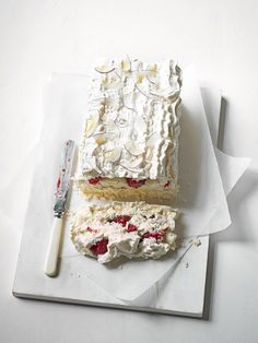 What's better than a meringue pie? We don't know, but this meringue slice sure is delicious! Swap traditional lemon for raspberry and lime…going to veganise this one Sweet Recipes, Cake Recipes, Dessert Recipes, Pie Dessert, Fudge, Meringue Cake, Raspberry Meringue, Coconut Meringue Pie, Meringue Roulade