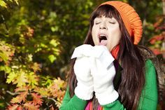 Rhume des foins, 4 remèdes de grand-mères.  Des yeux qui sont irrités, le nez qui coule, éternuements, la gorge qui gratte... telles sont les manifestations du rhume des foins surtout pendant la saison des pollens. Pour soulager ces symptômes, voici quatre remèdes de grand-mère efficaces et très simples à essayer.