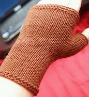 Nemata pannumque cano: Knitting Pattern: Flat-Knit Fingerless Gloves