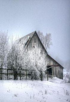 Celeiro na neve do inverno por Sandy