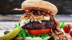 Burger med blåskimmelost, bacon og karamellisert løk
