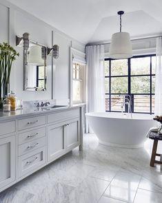 Casa de praia estilo Hamptons em Amagansett, Nova York - Lilly is Love Bathroom Styling, Bathroom Interior Design, Decor Interior Design, Bathroom Ideas, Bathroom Organization, Modern Interior, Style At Home, Hampton Style Bathrooms, Beautiful Small Bathrooms