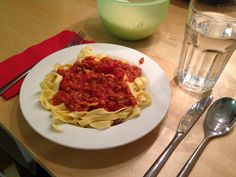 Fettucini mit bolognese Bolognese, Spaghetti, Ethnic Recipes, Food, Meal, Eten, Meals, Noodle
