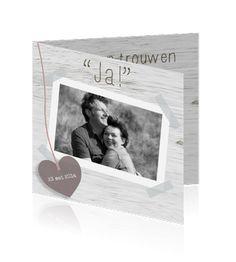 Trouwkaart met eigen foto, hout en hartje http://www.mycards.nl/trouwkaarten/trouwkaarten-met-foto/trouwkaart-foto-steigerhout-hart-hip