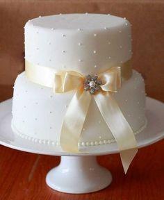 Já decidiu o seu bolo de casamento? Aliás, vamos começar do começo: o bolo é importante? Precisamos mesmo de um? E se optarmos pelo bolo, como ele deve ser? Fake ou verdadeiro? As pessoas realmente comem bolo numa festa de casamento?