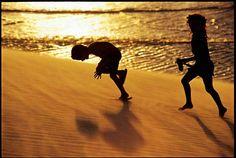 Crianças brincam nas dunas de Jericoacoara, no Ceará: http://abr.io/5uIv
