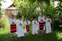 Le départ se fait à partir de Bucarest. Le premier arrêt est à Curtea de Arges, avec des visites du Monastère Curtea de Arges. Continuation ligne Horezu visite du Monastère Hurezi. Déjeuner en cours de route et dans L', visite queues après-midi Du monastiques. En outre, ils semblent ensuite Défilé de l'Olt Pour aller en Transylvanie. Puis vient visiter Sibiu, le musée Brukenthal fortifiée Biertan l'Eglise.