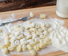 http://www.mindmegette.hu/Az olasz gnocchi sok hasonlóságot mutat a magyar krumplinudlival. Nem mindegy, hogy milyen burgonyából készül, a tésztája pedig se túl lágy, se túl kemény nem lehet.