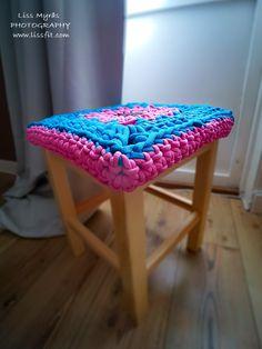 crochet chunky stool cover stoltrekk mormorsrutor bestemorruter #crocheting  #crocheting #chair #stool #cover #grannysquare #chunky #wool #recycled #yarn #chunkyknits #needlework #pattern #mormorsrutor #bestemorruter #virka #hekle #homemade #wooden
