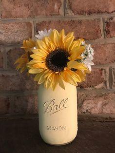 ideas for wedding sunflower centerpieces mason jars sunflowers Sunflower Room, Sunflower Party, Sunflower Baby Showers, Sunflower Crafts, Sunflower Bathroom, Sunflower Centerpieces, Mason Jar Centerpieces, Sunflower Decorations, Floral Centerpieces