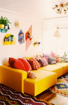A lovely, yellow couch.                                                                                                                                                                                 Mais