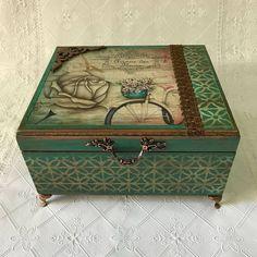Linda caixa porta-jóias ideal para organizar suas bijus. Ela é bem espaçosa. Seu quarto vai ficar lindo! Ela embeleza qualquer ambiente.  #portajoias #portabijus #bijus #organizaçao #mdf #vintage #arte #decoraçao #artesanato #artecomamor #artesanatomdf #brincos #cordoes #aneis #colares #decoupage #caixacolorida Cigar Box Crafts, Decoupage Box, Craft Bags, Tile Art, Trinket Boxes, Wooden Boxes, Printable Art, Diy And Crafts, Decorative Boxes