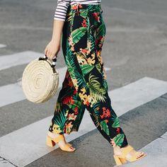El bolso de este verano es grande, redondo y de paja Jane Birkin Style, Who Runs The World, Basket Bag, Summer Bags, Mixing Prints, Fashion Stylist, Harem Pants, Dressing, Tropical