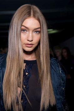 blond-foncé-cendré-gigi-hadid-cheveux-longs-coiffure-femme-cheveux-raids-robe-bleu-foncé-bomber-bleu-foncé