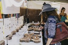 pieces of log cut to create a backdrop to handmade products on a craft table and to stand up props along the back Craft Fair Displays, Market Displays, Craft Booths, Jewelry Organizer Stand, Display Design, Display Ideas, Stall Display, Renegade Craft Fair, Jewellery Storage