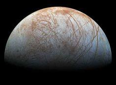 El planeta Júpiter tiene una interesante luna llamada Europa. Se sabe que su superficie es en gran parte agua helada, y se supone que debajo hay un océano de agua salada. Además la (tenue) atmósfera de que dispone, contiene oxígeno. La NASA ya tiene planeada una misión para investigar más de cerca si podríamos vivir allí: se llama Clipper y todavía no tiene fecha de lanzamiento, pero será antes de...