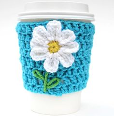 Daisy travel mug cup cozy coffee crochet flower idea Crochet Coffee Cozy, Crochet Cozy, Crochet Gifts, Cute Crochet, Cozy Coffee, Coffee Cozy Pattern, Coffee Cup Sleeves, Crochet Home Decor, Crochet Kitchen