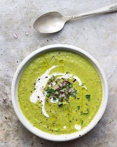 Creamy Broccoli Soup with White Beans and Yogurt This bright, hearty, creamy broccoli white bean soup is naturally vegan and gluten-free. Top it with a dollop of tangy garlicky yogurt sauce. Vegan Soups, Vegetarian Recipes, Healthy Recipes, Vegan Vegetarian, Healthy Soups, Healthy Dinners, Fennel Soup, Celery Soup, Cream Of Broccoli Soup