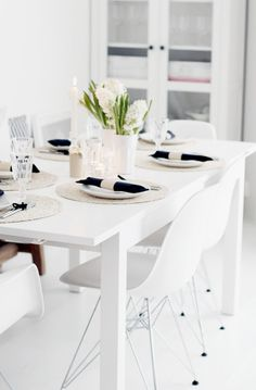 Absolutely adore this black, white and gold modern tablescape! Living Room Kitchen, Living Room Interior, Kitchen Decor, A Table, Dining Table, Dining Room, White Rooms, Beautiful Interiors, Scandinavian Design