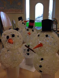 Sneeuwpop  Blaas een ballon klein op. Haal de wol door de lijm (behangplaksel of glutofix) en bind deze om de ballon. Vóór het lekprikken van de ballon eerst voorzichtig losmaken van het touw (zachtjes drukken op de ballon, dan laten de touwtjes los) Daarna versieren
