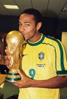 Thierry Henry wearing Ronaldo's #9 shirt after winning the World Cup '98