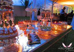 Bases de postres doradas con perlas para una mesa sencilla y elegante.